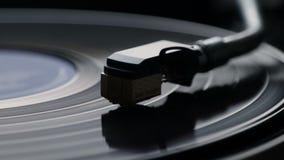 Nahaufnahme der Anwendung eines antiquarischen Vinylrekordspielers stock video footage