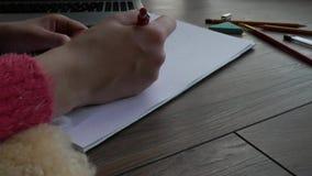 Nahaufnahme der Arbeit des Künstlers mit Bleistift stock video footage