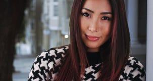 Nahaufnahme der asiatischen Frau zu Hause lehnend an der Wand lizenzfreies stockbild