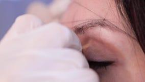 Nahaufnahme der Augen Ein Spezialist macht eine Skizze von den Augenbrauen auf Punkten 4K langsames MO stock footage
