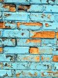Nahaufnahme der Backsteinmauer mit der blauen Farbe, die abkommt Lizenzfreie Stockfotos