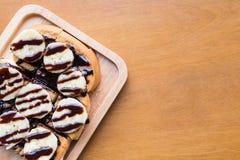 Nahaufnahme der Banane mit Schokolade auf gegrilltem Brot Lizenzfreies Stockfoto