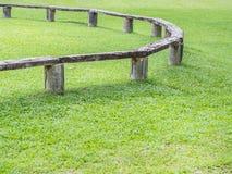 Nahaufnahme der Bank und des grünen Grases Stockbild