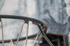 Nahaufnahme der Basketballkante, -netzes und -rückenbrettes - verwittertes Gericht der Straße im Freien lizenzfreie stockfotos