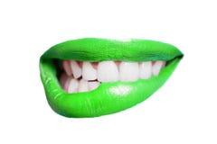 Nahaufnahme der beißenden grünen Lippe der Zähne über weißem Hintergrund Stockbilder