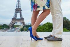 Nahaufnahme der Beine des Mannes und der Frau während eines Kusses oder einer Umarmung Lizenzfreie Stockfotografie