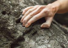 Nahaufnahme der Bergsteigerhand auf Felsen Lizenzfreies Stockfoto