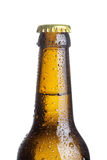 Nahaufnahme der braunen Bierflasche mit Tropfen lokalisiert auf Weiß Stockfotografie