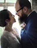 Nahaufnahme der Braut und des Bräutigams Standing Together Love stockfoto