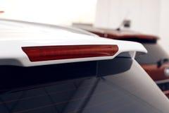 Nahaufnahme der Bremslampe einer modernen weißen Autostellung im Ausstellungsraum stockfotos