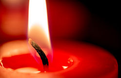 Nahaufnahme der brennenden Kerze auf schwarzem Hintergrund, Weihnachten, holida Stockbild