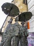 Nahaufnahme der Bronzeskulptur Regenschirmdamen oder Aachen-Wetter in Aachen, Deutschland lizenzfreies stockfoto