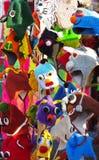 Gestrickte Hüte auf Marktstall lizenzfreie stockfotos