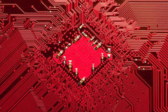 Nahaufnahme der ComputerLeiterplatte im Rot Lizenzfreies Stockbild
