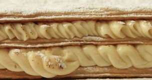 Nahaufnahme der Creme der Blätterteig-Kuchenbedeckung durch shugar Pulver stock footage