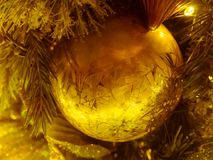 Nahaufnahme der dekorative einzelne goldene Weihnachtsball : filtere Lizenzfreies Stockbild