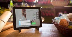 Nahaufnahme der digitalen Tablette mit Anmeldungsschirm lizenzfreie stockfotografie