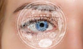 Nahaufnahme der digitalen Wiedergabe des Auges 3D der Frau Stockfotos