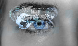 Nahaufnahme der digitalen Wiedergabe des Auges 3D der Frau Stockbilder