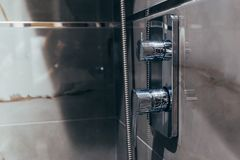 Nahaufnahme der Dusche und Hahn im Badezimmer lizenzfreie stockfotos