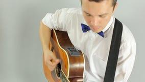 Nahaufnahme der E-Gitarre spielend im Studio stock footage