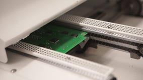 Nahaufnahme der elektronischen Leiterplatte mit Prozessor High-Techer Computer-Chip-Abschluss oben stock footage