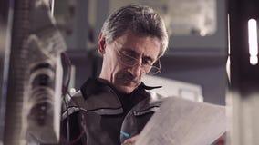 Nahaufnahme der erfahrenen Arbeitskraft einen Entwurf korrigierend stock footage