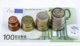 Nahaufnahme der Eurobanknoten und der Münzen Stockbild