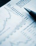 Nahaufnahme der Feder und des Diagramms Stockfotografie