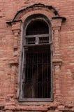 Nahaufnahme der Fensteröffnung auf zerstörter Backsteinmauer Stockbild