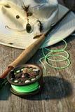 Nahaufnahme der Fliegefischenspule und Stange mit Hut Stockbild