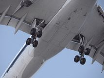 Nahaufnahme der Flugzeuglandung stockfotos