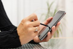 Nahaufnahme der Frau arbeitend mit Stift am intelligenten Handy Stockfotografie