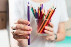 Nahaufnahme der Frau bunte Bleistifte halten Lizenzfreie Stockbilder