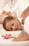 Nahaufnahme der Frau Massage erhalten Stockbild