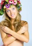 Nahaufnahme der Frau mit Blume Wreath Stockfotografie