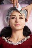 Nahaufnahme der Frau Reinigungsverfahren der Ultraschallhaut im Salon empfangend stockfotografie