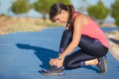 Nahaufnahme der Frau Schnürsenkel binden Weiblicher Sporteignungsläufer, der zu draußen rütteln fertig wird stockbilder