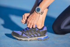 Nahaufnahme der Frau Schnürsenkel binden Weiblicher Sporteignungsläufer, der zu draußen rütteln fertig wird lizenzfreie stockfotos