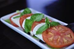 Nahaufnahme der frischen Caprese-Salat-Aperitif-Servierplatte Stockfotos