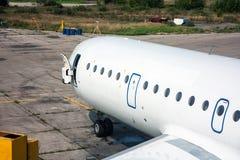 Nahaufnahme der Front eines Passagierflugzeuges mit einer offenen Tür auf der technischen Basis der Luftfahrt stockbilder