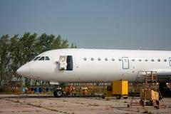 Nahaufnahme der Front eines Passagierflugzeuges mit einer offenen Tür auf der technischen Basis der Luftfahrt lizenzfreies stockfoto