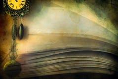 Nahaufnahme der geöffneter Buchseiten und -borduhr Lizenzfreie Stockfotos