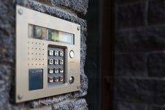 Nahaufnahme der Gebäudewechselsprechanlage lizenzfreies stockbild