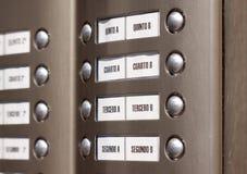 Gebäudewechselsprechanlage. Wohnungszahlen auf spanisch lizenzfreie stockfotografie