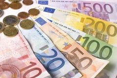 Nahaufnahme der Gebläseeurobanknoten und -münzen. Stockfotografie