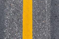 Nahaufnahme der gelben Linie Fahrbahnmarkierung stockfoto