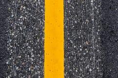 Nahaufnahme der gelben Linie Fahrbahnmarkierung stockbild
