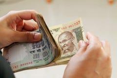Nahaufnahme der Geschäftsfrau indische Banknoten zählend lizenzfreie stockfotografie