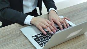 Nahaufnahme der Geschäftsfrau schreibend auf Laptop-Computer stock video